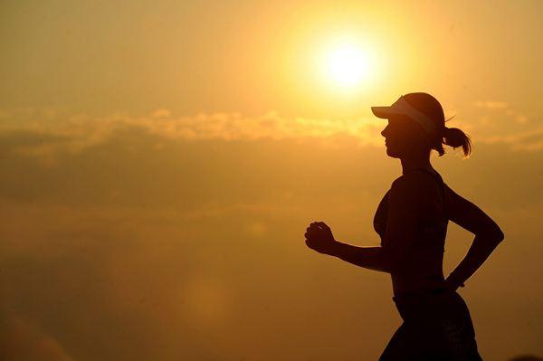 mulher corrida sol verão