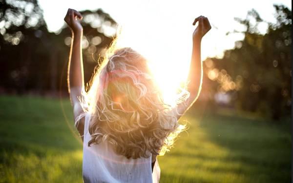 mulher loira cabelos sol verão