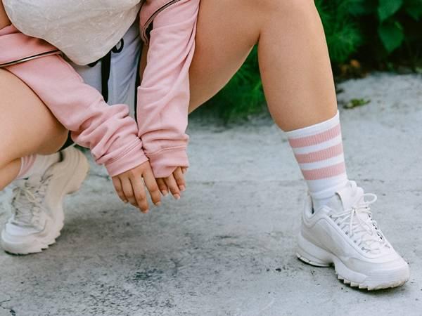 mulher tenis meias