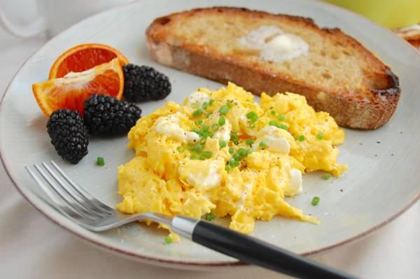 ovos mexidos pao fruta cafe da manha