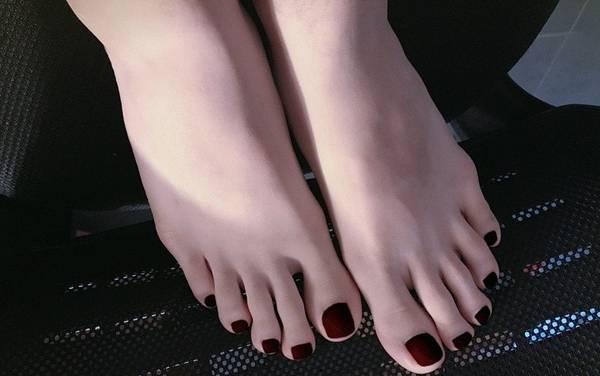 pés pixabay esmalte escuro unhas