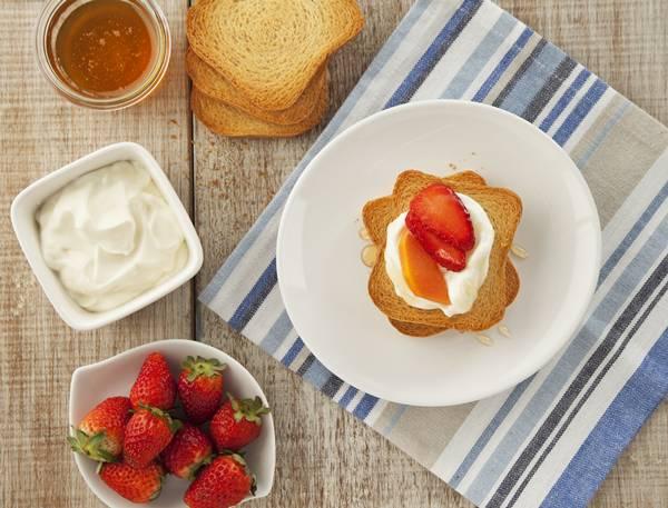 Torradas-com-Iogurte-Grego-e-Frutas