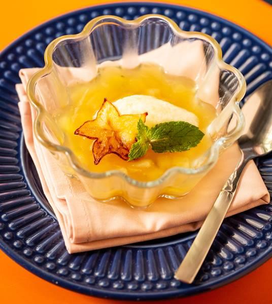 Che - compota de abaxaci e carambola com creme de coco e hortelã