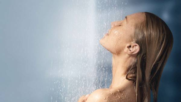 chuveiro banho mulher rosto