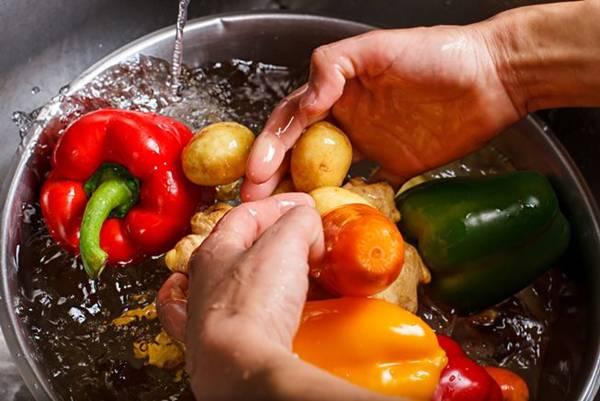 lavando os legumes