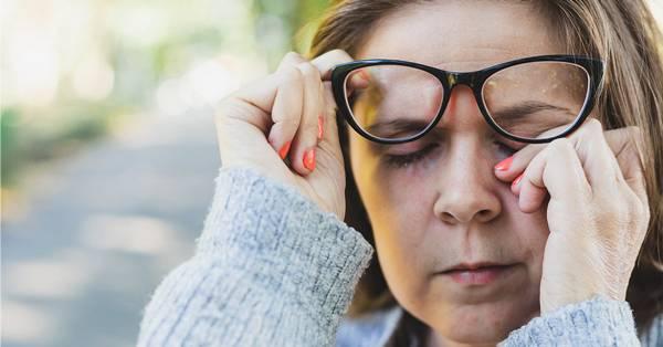 mulher coçando olho healthline