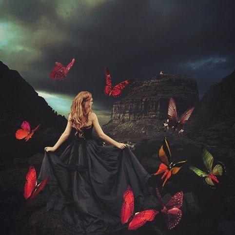mulher e borboletas