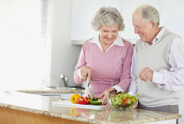 cozinhando casal idoso meetcaregivers