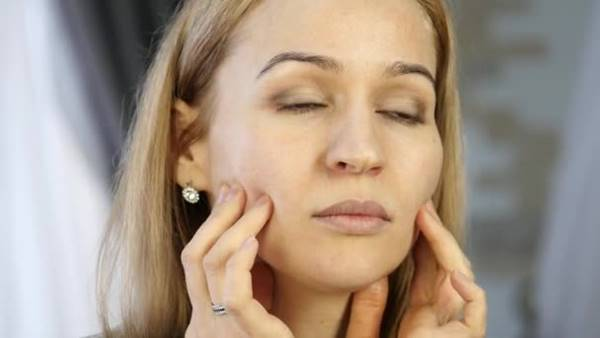 depositphotos mulher automassagem facial