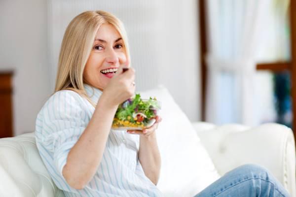 freepik mulher comendo