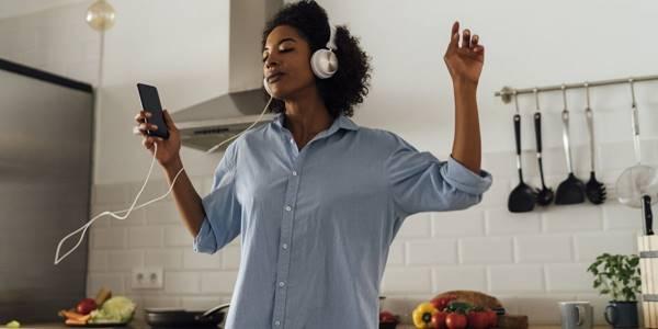 mulher dancando e ouvindo musica