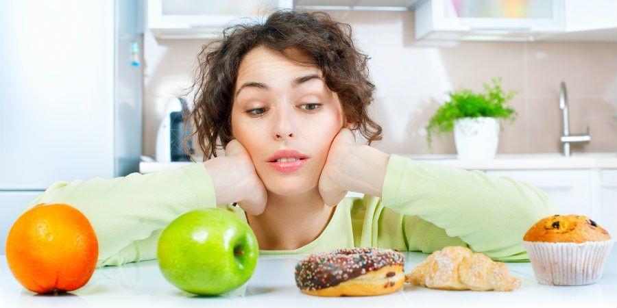 mulher duvida frutas doces