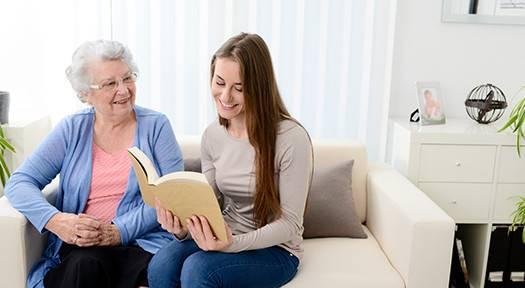mulher lendo para idosa