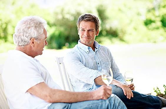 pai e filho conversando idoso
