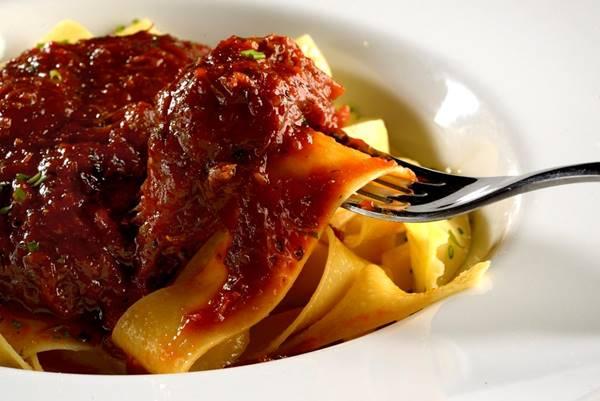 Enosteria RestauranteDouglas Benatti Pappardeli ao ragu de costela