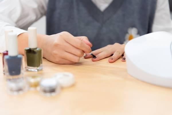 shutterstock- mulher pintando a unha esmalte