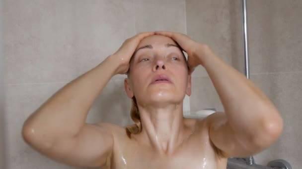 depositphotos mulher banho cabelo chuveiro