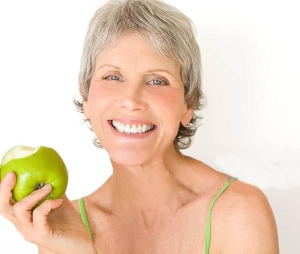 gettyimages- mulher comendo maca verde