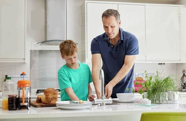 homem pai menino cozinha limpeza dissolve