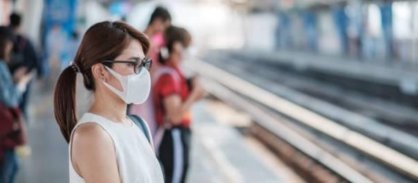 istockphoto- mulher mascara oculos metro