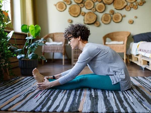 mulher alongamento ioga