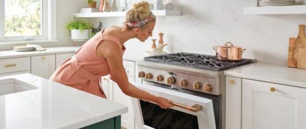 mulher cozinhando fogao
