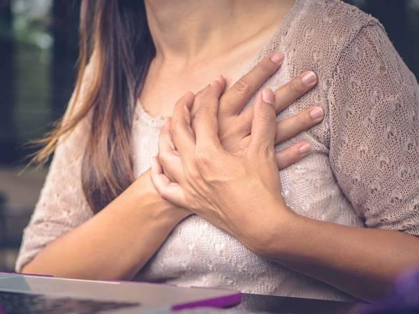 mulher dor coração enfarte medicalnews today