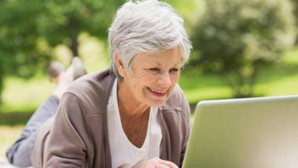 mulher idosa notebook btcom