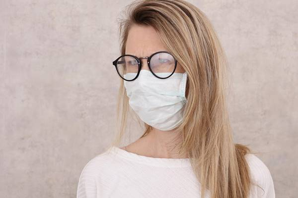 mulher mascara oculos embaçado MZ