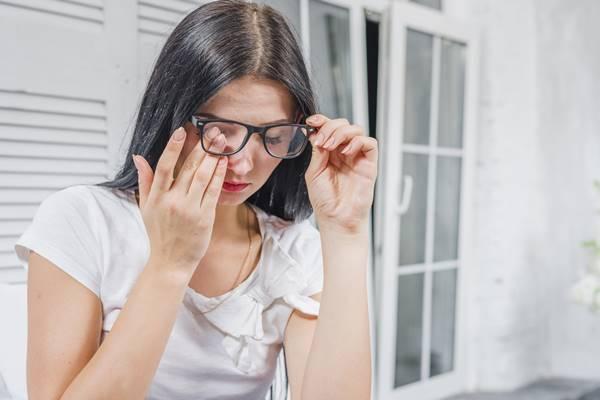 mulher olhos cocando oculos