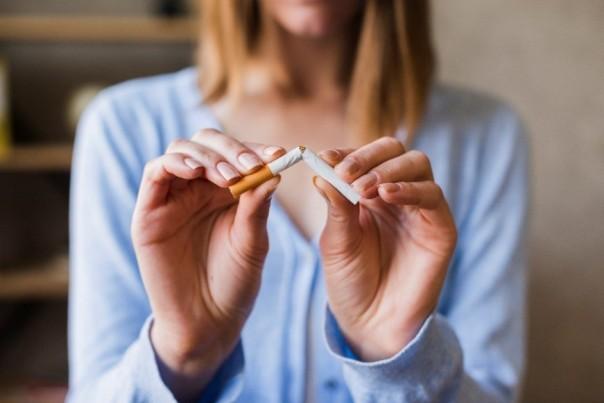 mulher quebrando cigarro fumo tabaco