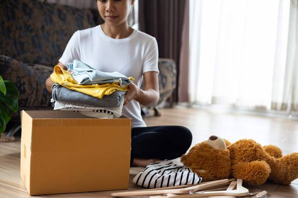 iStock mulher doacao roupas brinquedos