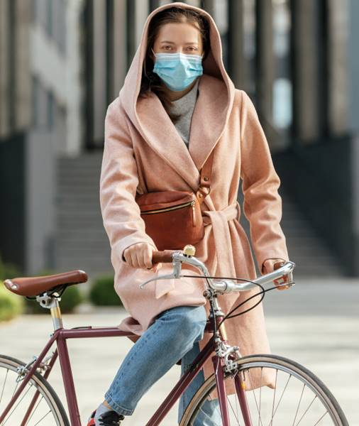 mulher bicicleta mascara freepik