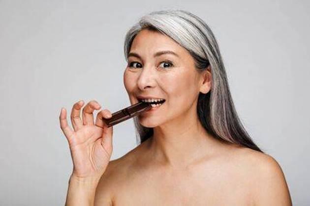 mulher madura comendo chocolate