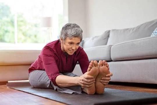 mulher madura fazendo exercicio em casa 123rf