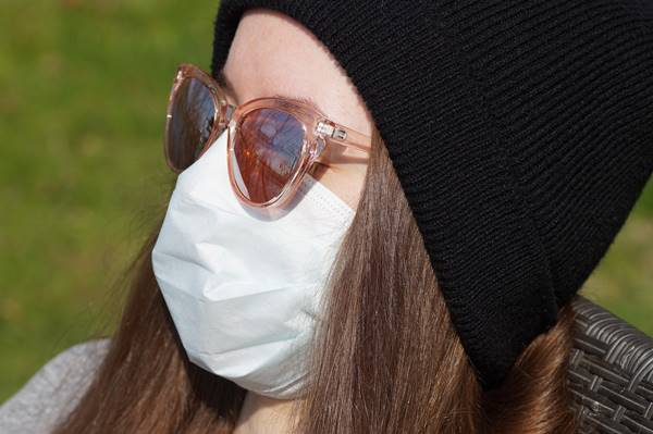 mulher mascara oculos touca sol ivabalk por Pixabay