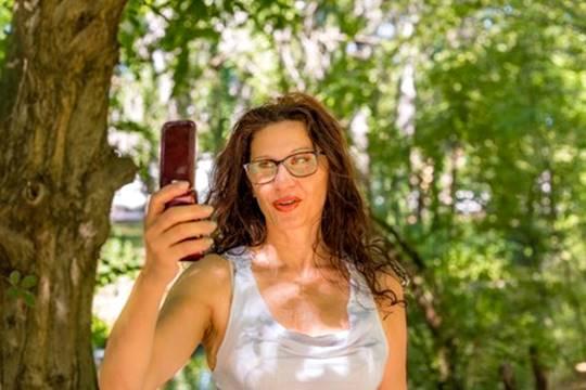 mulher selfie foto ar livre clipdealer