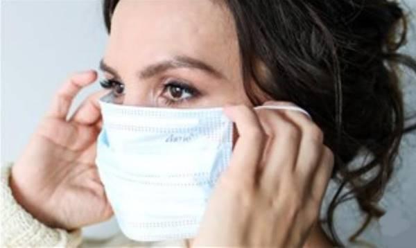 pexels mulher colocando tirando mascara
