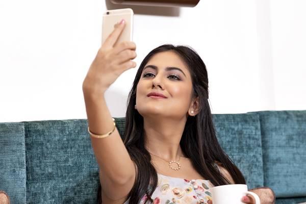 selfie autorretrato mulher sofa Gracini Studios por Pixabay