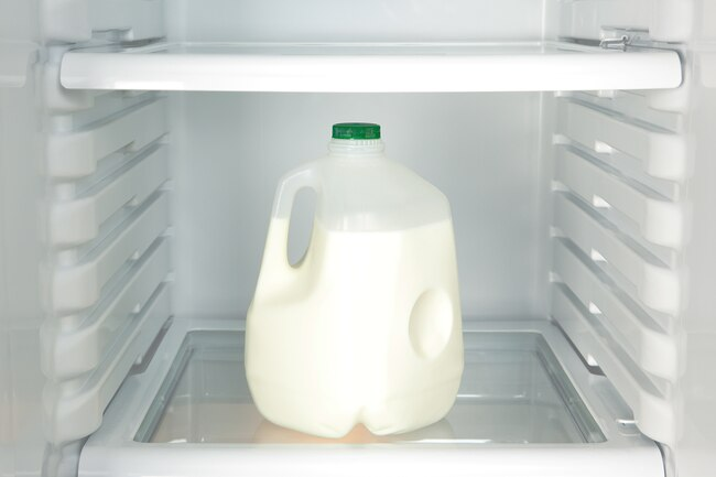 1800ss_getty_rf_milk_in_refrigerator
