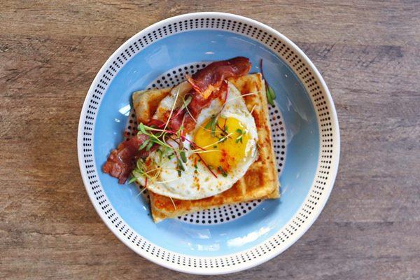 2.-Waffle-de-pao-de-queijo-ovos-fritos-e-bacon