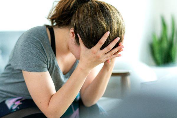dor de cabeca enxaqueca mulher