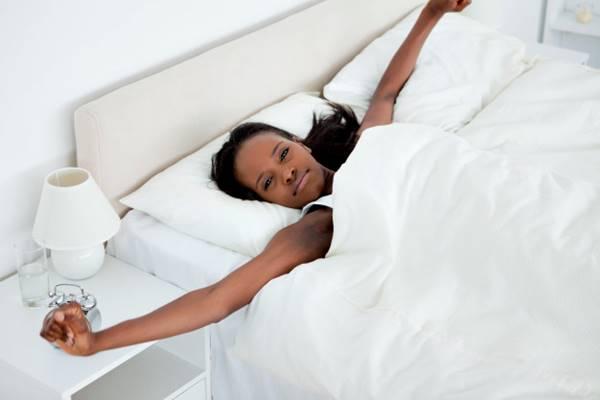 freepik mulher acordando negra cama