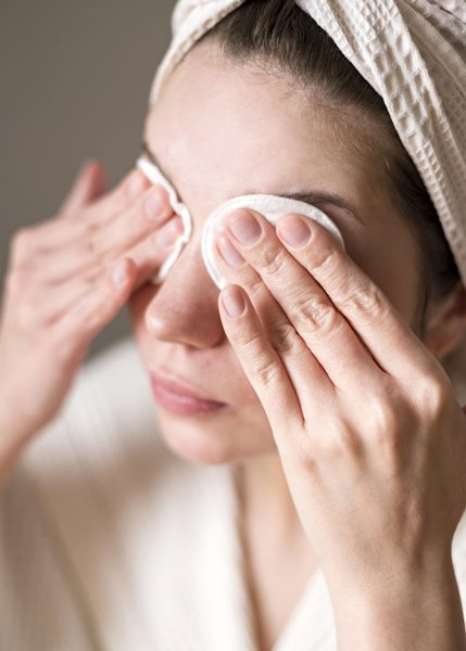 freepik mulher limpando olhos