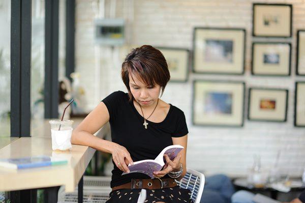 mulher lendo livro sirindablog por Pixabay