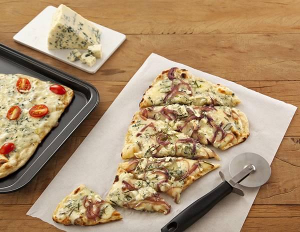 Pizza-Caseira-com-Mussarela-Cebola-e-Gorgonzola