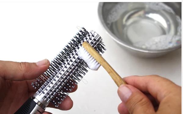 wikihiw limpando escova de cabelo com escova de dente
