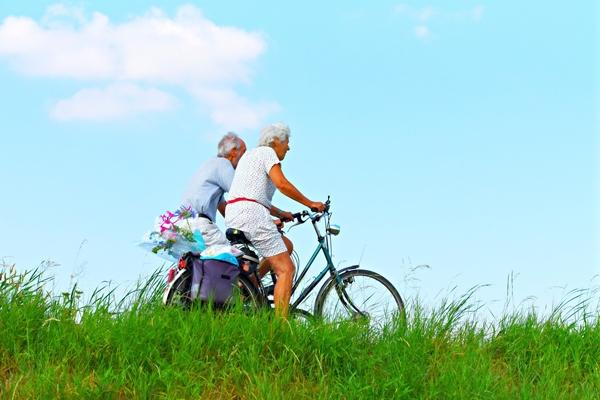casal idosos bicicleta Mabel Amber por Pixabay