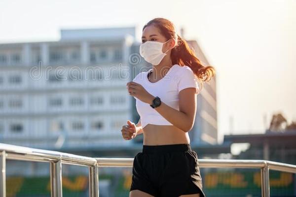 dreamstime mulher exercicio correndo mascara