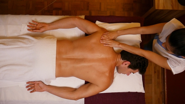 homem fazendo massagem buddha spa